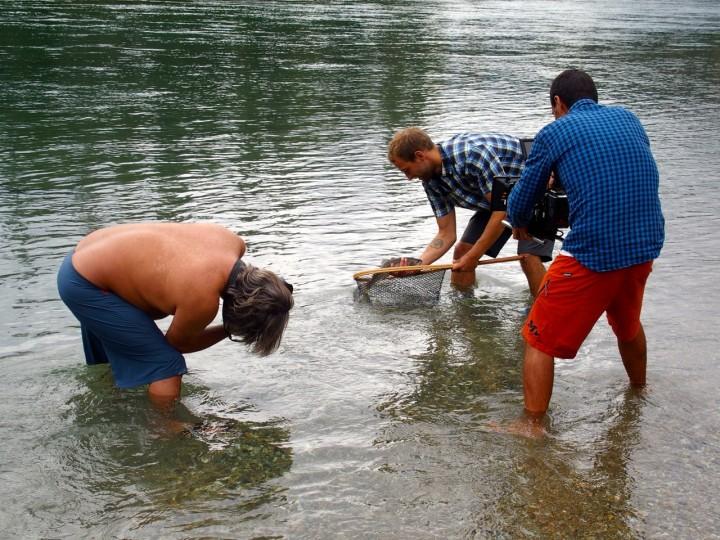 Clearwater Lake: Model und Allroundgenie Aki fängt bereits nach zwei Minuten eine dicke Forelle.