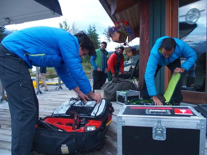 Frühmorgens in Whistler: Mario (r.) und sein Assistent packen die Videokameras aus.