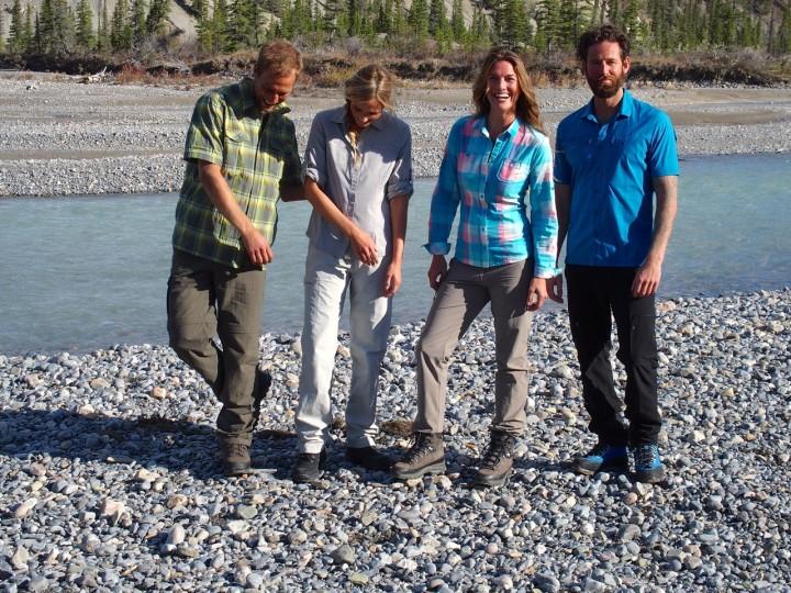 Topmodels und Teamplayer: Aki, Lisa, Mathilde und Clayton auf einer Kiesbank am North Saskatchewan River.