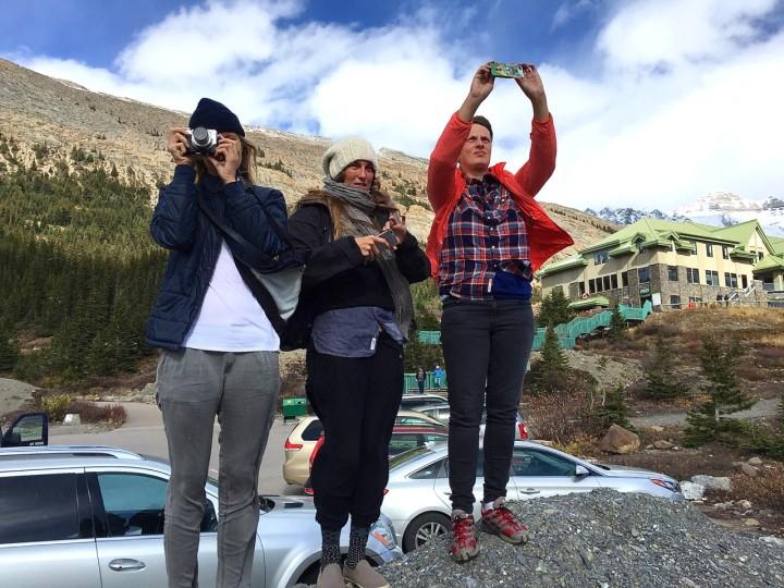 Von links: Models Lisa und Mathilde und Stylistin Alexandra dokumentieren den Athabasca Glacier für die Lieben daheim.