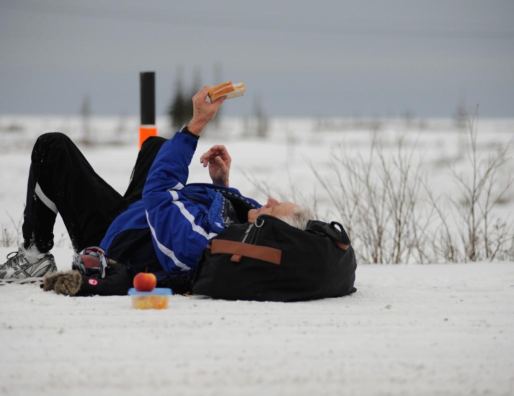 Albert Martens, Organisator des Polar Bear Marathon gönnt sich bei Kilometer 21 eine Vesperpause